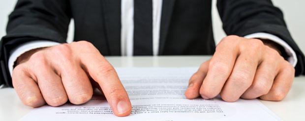 personal-injury-lawyer-explaining-settlement